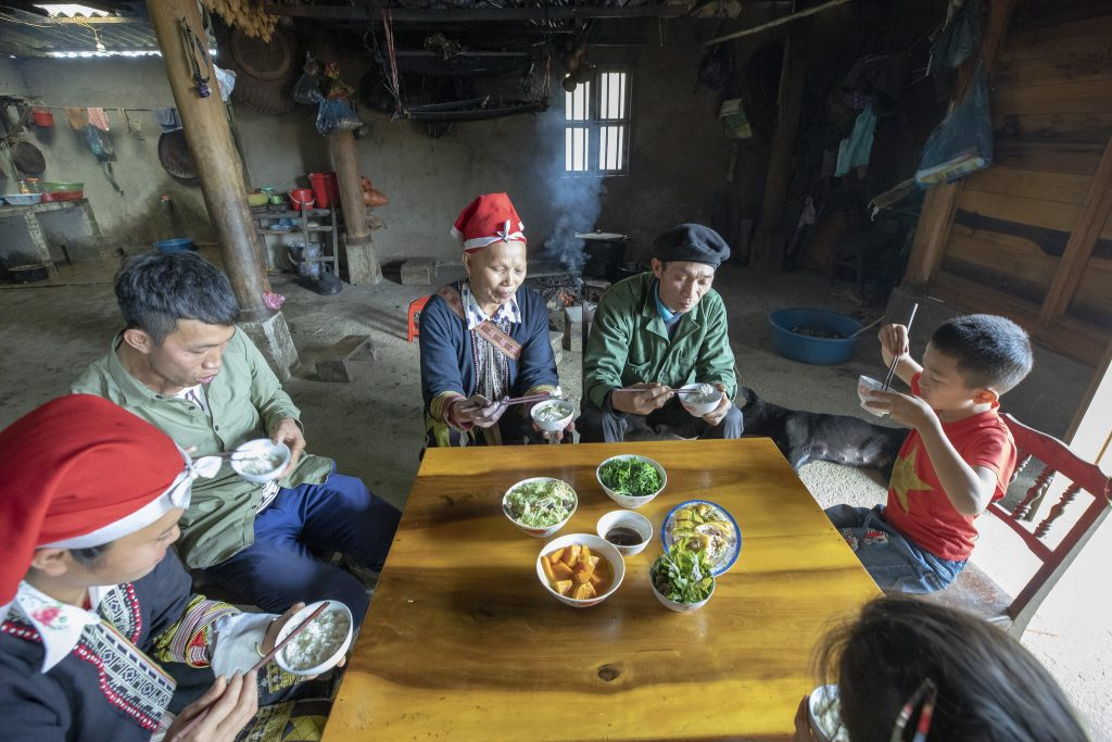 A-Dao-family-sharing-a-meal-in-Sa-Pa-Lao-Cai-province-Vietnam.-%C2%A9-2020-Alliance-of-Bioversity-International-and-CIAT-Trong-Chinh-1024x683