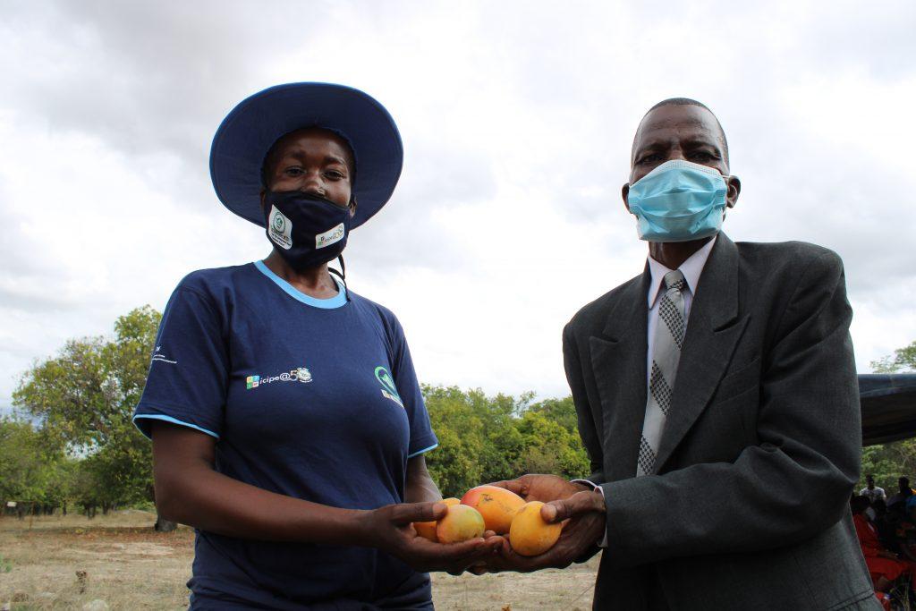 Mango-growers-Susan-and-Batsirai-Zinoro-from-Mutoko-District-Zimbabwe-who-are-using-Integrated-Pest-Management-methods-to-control-fruit-fly-credit-Busani-Bafana-IPS-1024x683